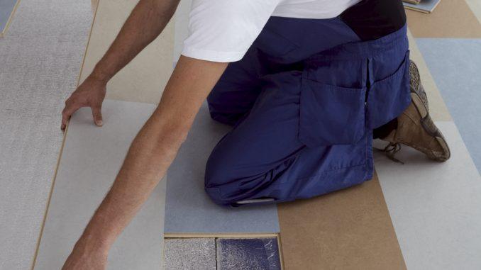 Die Linoleumplanken werden eingeschoben und eingeklickt. Foto: Forbo Flooring