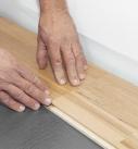 Zum Einklicken genügt ein kurzer Druck auf den Querstoß. Foto: Hamberger Flooring GmbH&Co.KG/HARO