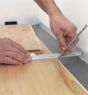 Für die letzte Reihe müssen die Paneelen zugeschnitten werden. Foto: Hamberger Flooring GmbH&Co.KG/HARO