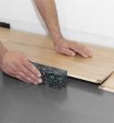 Schlagklotz zum Einrasten der Längsverbindung. Foto: Hamberger Flooring GmbH&Co.KG/HARO
