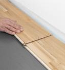 Das nächste Paneel an der Stirnseite einklicken. Foto: Hamberger Flooring GmbH&Co.KG/HARO